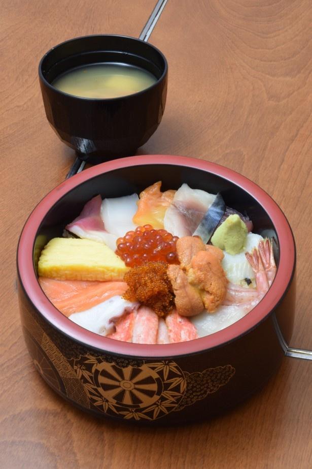 マグロやサバ、タコなど15種類の新鮮な魚介を使った海鮮丼
