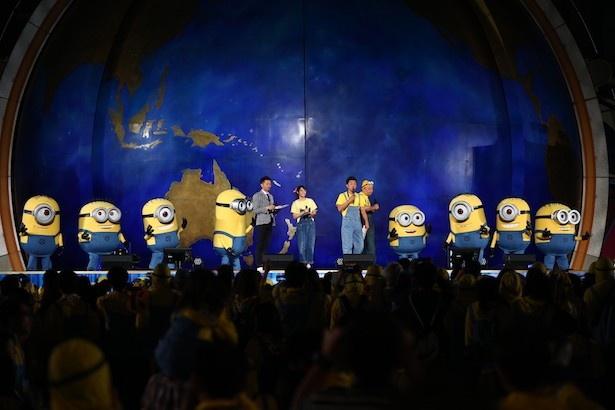 【写真を見る】ステージ上にはたくさんのミニオンも登場