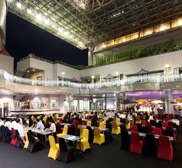 黒を基調とした会場に、赤と黄色の椅子がアクセントとなっている落ち着いた大人な空間