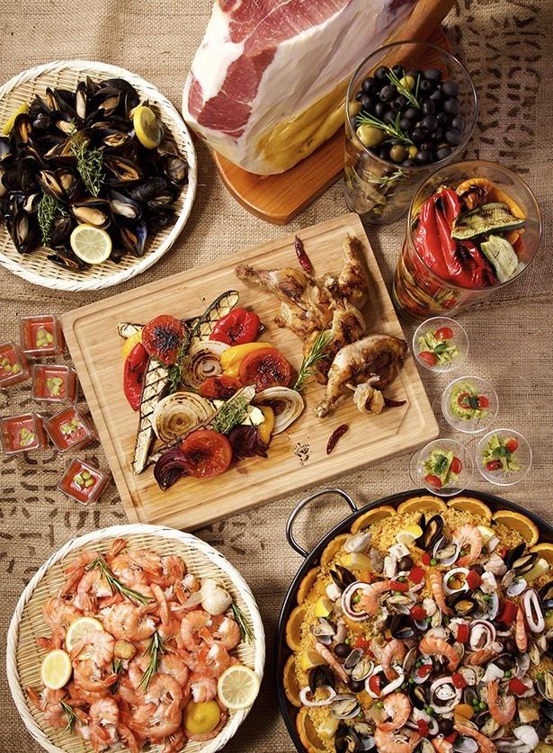 スペイン産の生ハム、ボイルドシュリンプ、ムール貝の白ワイン蒸しなどが並ぶ