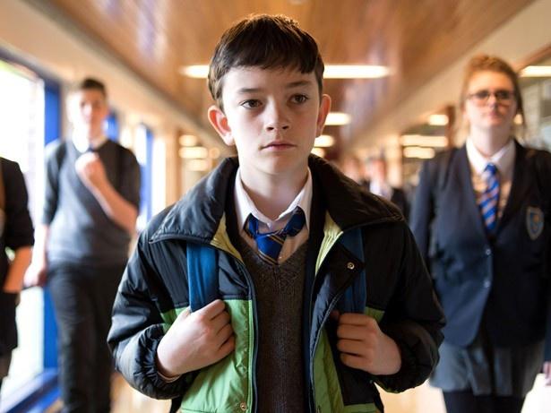 同級生から嫌がらせを受けるなど、孤独な学校生活を送るコナー