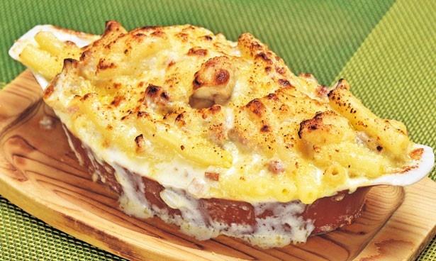 濃厚なエダムチーズをのせて焼き上げたグリル小川の「チキンマカロニグラタン」(1100円)