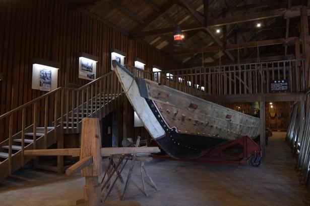 階段を登れば上から漁船を眺めることもできる