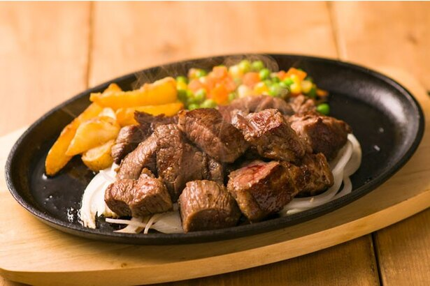 【写真を見る】ランチ限定の「サイコロステーキ」は、ご飯とみそ汁、サラダを追加することも可能