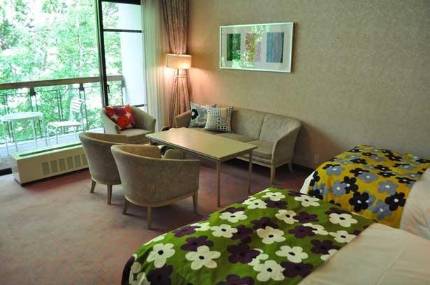 京都のテキスタイルブランド「SOU・SOU」の備品を備えた洋室(くろよんロイヤルホテル)