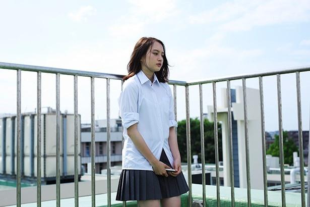 【写真を見る】子供ができたかも…一人思い悩む女子高校生・はづき役の萩原みのり