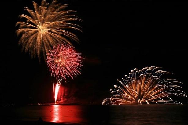 【写真を見る】東京湾で打ち上げられる花火