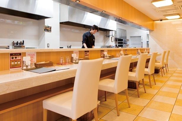 大理石のカウンターや床が高級感のある店内は、1階はカウンター席、2階にはテーブル席が/勘之助本舗