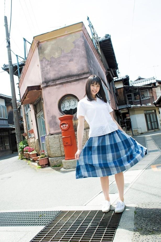 【写真を見る】スカートを広げて、白い肌もチラリ。STU48美少女・瀧野由美子の撮り下ろしグラビアも