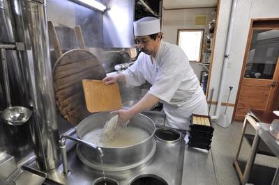 「農家のそばや羊蹄山」/打ったばかりの麺を大きな湯釜で丁寧に茹であげていく