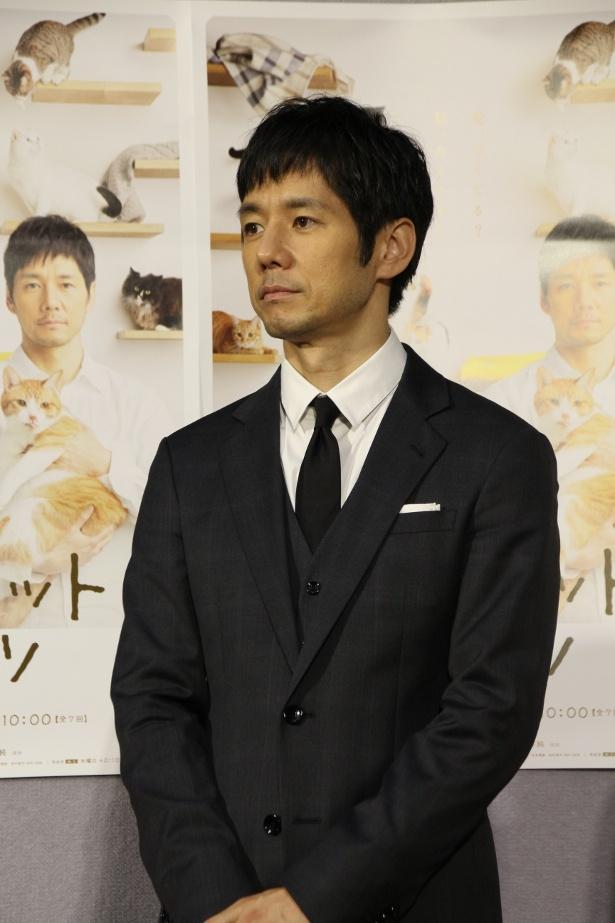 【写真を見る】ネコの演技に驚かされたと語る西島秀俊