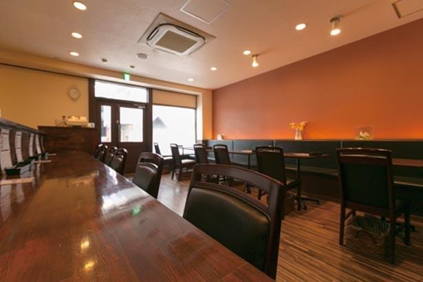 落ち着いた雰囲気の店内は、ゆったりとしたスペースで食事を楽しめる造り/洋食SAEKI