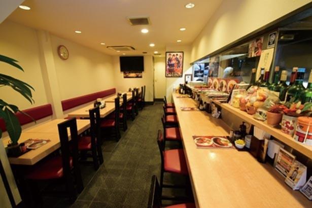 平日はサラリーマンやOLで、店内は大にぎわい/くま食堂