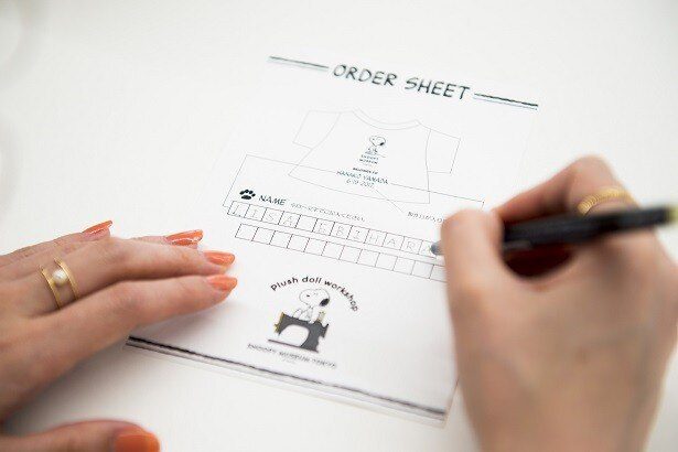 ひと足早く体験した「C CHANNEL」クリッパー(投稿者)の海老原りささん。スヌーピーのTシャツに自分の名前と当日の日付をプリントしてもらえるということで、まずは用紙に名前を記入