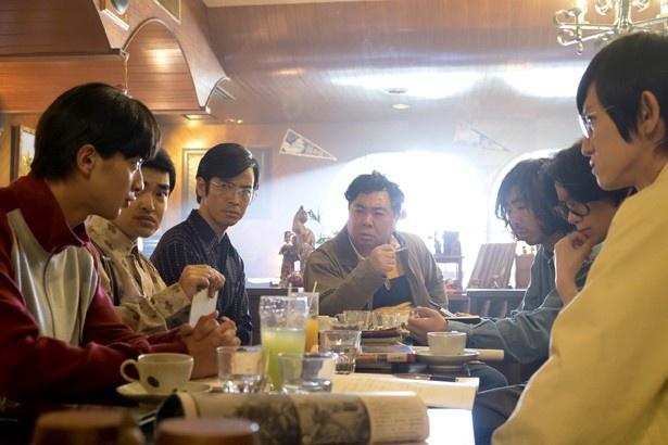 塚地武雅は同人誌「怪獣倶楽部」の編集長・キャップを演じる