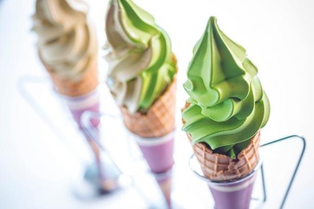 「ソフトクリーム」(各350円)。右から抹茶、ミックス、ほうじ茶/茶匠 清水一芳園 京都本店