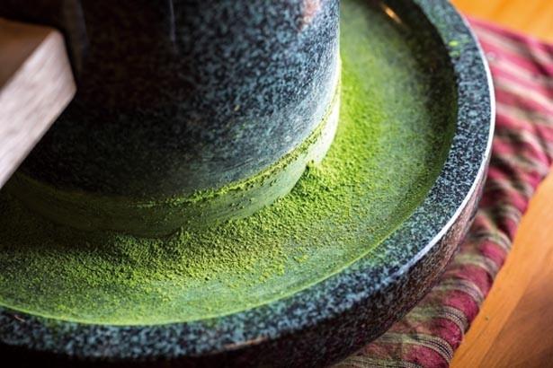1日に使う分の抹茶を毎朝石うすでひく。新鮮で香り高い/三星園上林三入本店