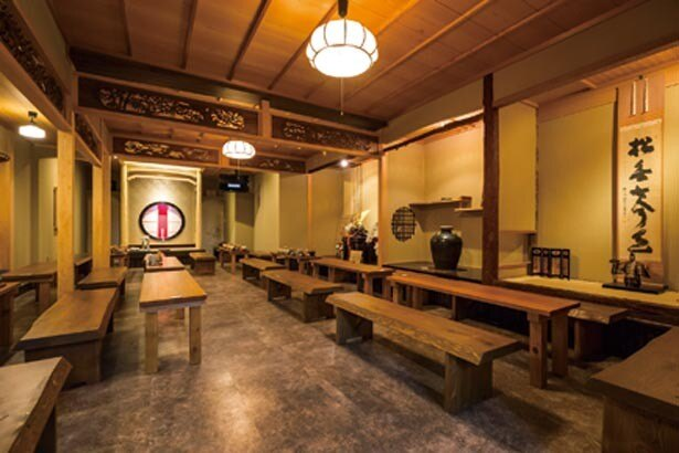 広々とした1階の喫茶室。和の雰囲気を感じながら、ゆっくりスイーツを味わうことができる/三星園上林三入本店