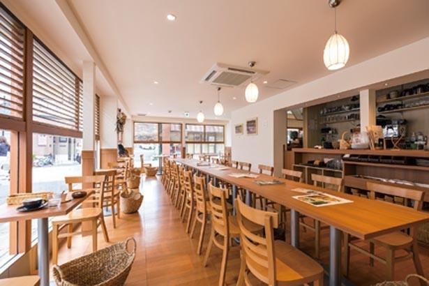 明るい光が射し込む開放的な店内。木を基調としたぬくもりのある雰囲気が魅力的だ/GOCHIO cafe