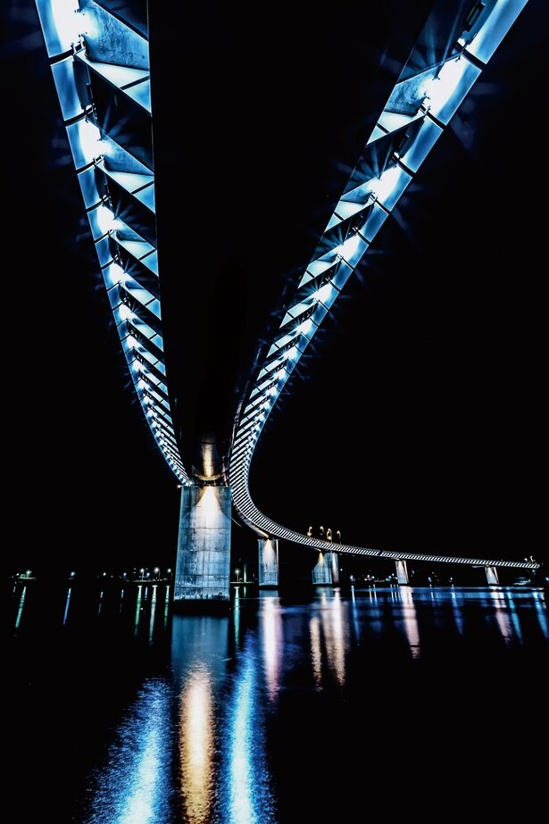 近代的なデザインだが、牛深の町並みと調和している「牛深ハイヤ大橋」