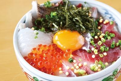 【写真を見る】牛深ハイヤ大橋からすぐの「道の駅うしぶか海彩館」。新鮮な魚介が味わえる「海鮮丼」(1300円)が人気