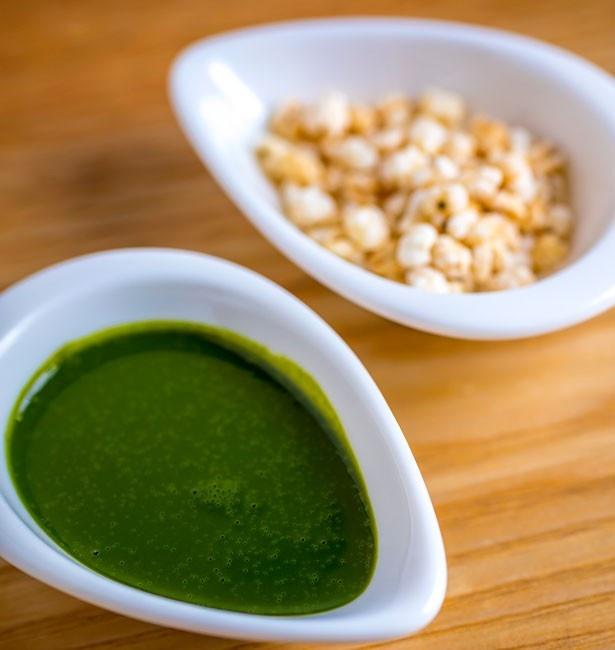 京都「井六園」の抹茶を使用したソース。ハト麦ほうじ粒の歯応えも抜群/永楽屋 喫茶室