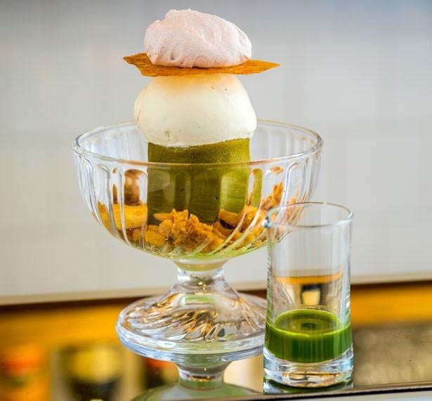 「抹茶パフェ」(1300円)。ほうじ茶ジェラートがのり、内側には抹茶ゼリー、クレームブリュレ、黒糖グラニテまで/Sugitora