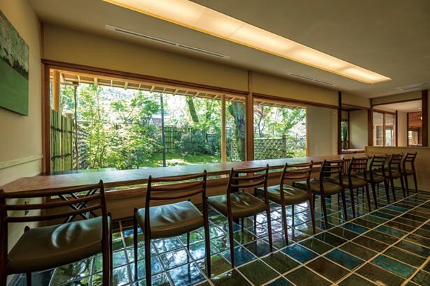 桜やもみじなどが彩る四季の庭に臨む店内。織部焼の陶板を敷いた緑の床が印象的だ/無碍山房 Salon de Muge