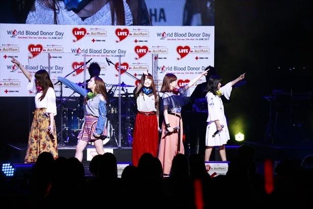 トップバッターを飾った5人組ボーカルグループLittle Glee Monster