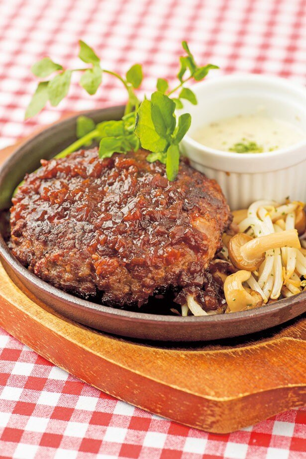 「なにわ黒牛ステーキハンバーグ」(200g・1300円)。火入れは中までしっかり/BEEF KITCHEN グリル松井