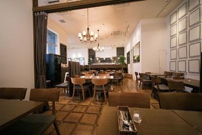 店内はゆったりくつろげる空間/洋食屋 神戸デュシャン