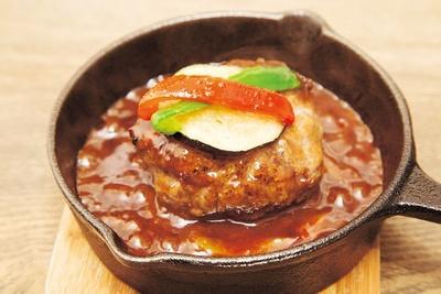 「店主の大好きあらびきハンバーグ」(1300円) /肉洋食オオタケ