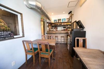 ウッディな店内にはテーブルとカウンター席がある/肉洋食オオタケ
