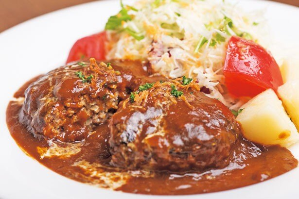 「犇屋ハンバーグステーキ」(180g・980円) 。牛はモモ、豚はウデなどを使い、毎朝店で作る自家製ミンチ/洋食レストラン犇屋
