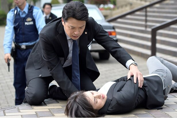 【写真を見る】天海祐希演じる有希子が凶弾に倒れ、苦痛に顔をゆがめる…