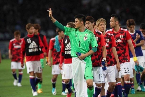 【写真を見る】試合後、観客に挨拶をする川島永嗣