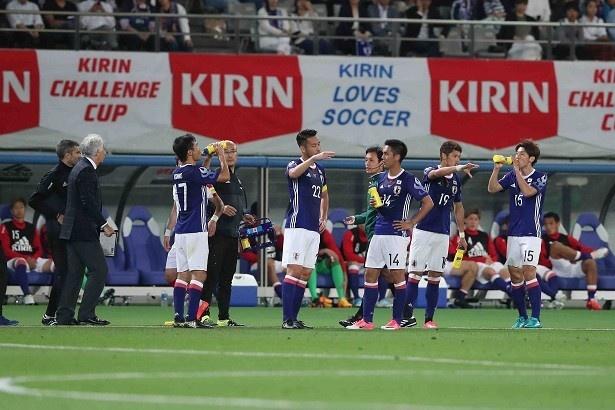 【写真を見る】吉田を中心に修正を図る日本代表