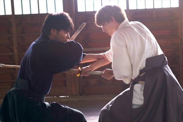【写真を見る】沖田役の吉沢亮が、土方役柳楽優弥にとんでもないことをしでかす!