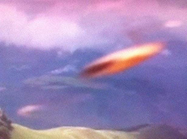 【写真を見る】えっUFO!? 空に浮かぶ物体はいったい…
