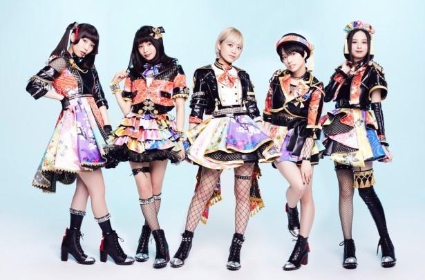 【写真を見る】メンバーは左から大矢梨華子、傳谷英里香、林愛夏、高見奈央、渡邊璃生