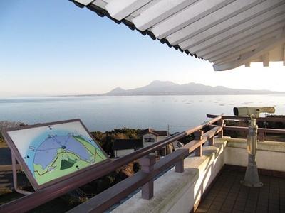 【写真を見る】「竹崎城址」の展望台では晴れた日は雲仙や阿蘇の山々が望める