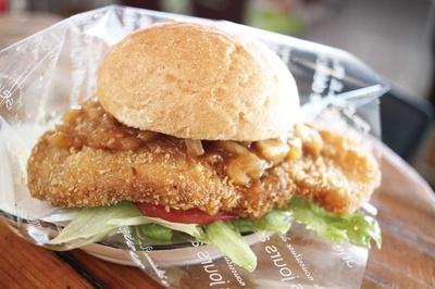 「金星豚バーガー」(650円)。食事処で食べられ、ブランド豚「金星佐賀豚」の肩ロースを贅沢にはさむ