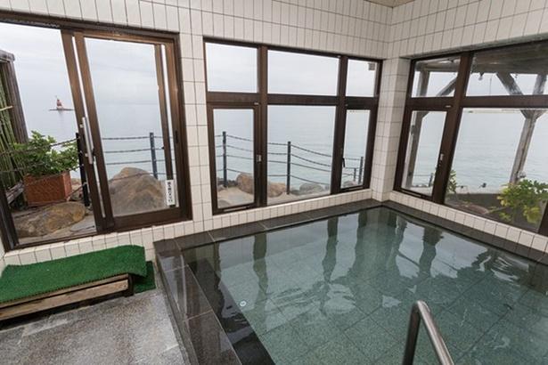 男女ともに切石造りの内湯。露天同様、有明海を眺めながら入浴できる