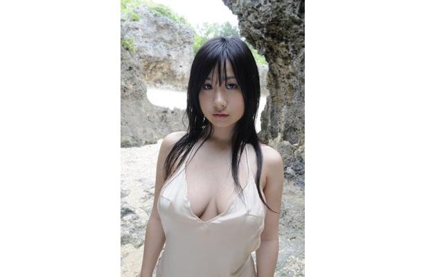 B98cm衝撃のHカップでグラビア誌を席巻するアイドル・桐山瑠衣(18)