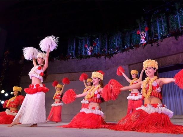 【写真を見る】フラダンスやタヒチアンダンスなど華やかで楽しいステージが見られるポリネシアン・グランドステージ
