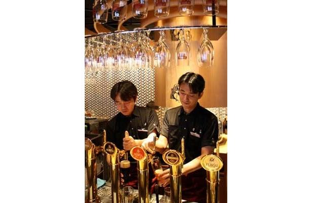 """12/9、銀座コリドー街にオープンした「YEBISU BAR 銀座コリドー街店」。「樽生ヱビス」全種類に加え、数量・期間限定の""""レア・ヱビス""""も飲めるというビヤバーだ"""