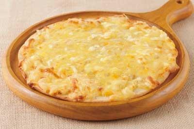「エビススタウト クリーミートップ」にぴったりな「6種のチーズピザ〜蜂蜜の香〜」(880円)