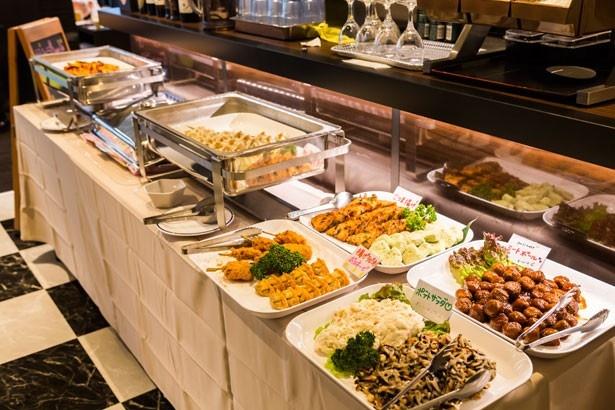 10種類以上の料理が並ぶ、ジョーコの「ワンプレートブッフェ」(1回盛り切り1200円)。定番人気は「魚介のトマトソース」
