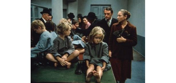 絶望的な表情を見せる孤児たち