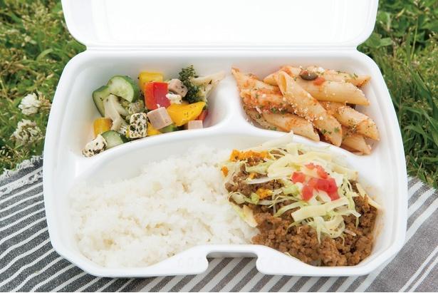 「HAPPY DELI Kamakura」のビッグベントウプレート(670円)。3種のおかずを選ぶプレート。「クリームチーズと野菜のサラダ」や「タコミート」は定番人気